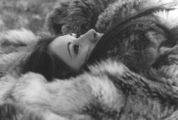 PHOTO laurence fourrure couchée